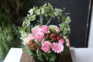 お花おまかせピンク系アーチアレンジメントMサイズ