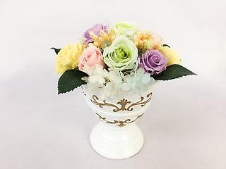 アラベスク文様のの花器にニュアンスカラーのお花