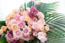 彩りバラたっぷりの花束