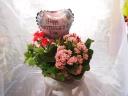 ワイヤーバスケットに入った花の鉢セット