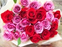 ピンクレッド系バラの花束