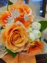 オレンジ系のふんわりかわいい花束