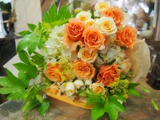 やさしいオレンジ系のラウンド花束