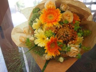 オレンジ×クリーム色の優しい花束