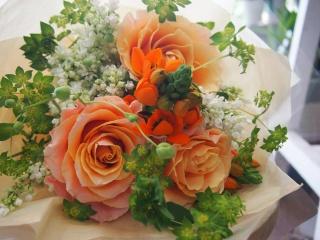 オレンジバラとホワイトのフワフワ花束