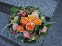 オレンジバラと実もののアレンジ