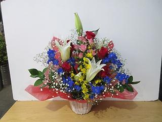 バラ尽くしのアレンジメント、青いお花を入れて!