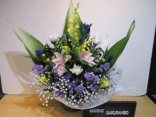 八重の百合と菊とたくさんのお花のアレンジメント