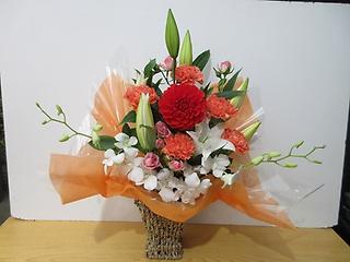 百合とダリアがメインの豪華なアレンジメント!