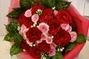 赤い大輪ローズとスプレーローズの花束