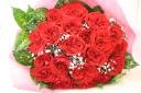 赤い大輪ローズとカスミソウの花束