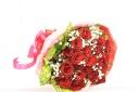真っ赤な大輪ローズとカスミソウの花束