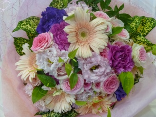 優しいピンクパープル系の花束