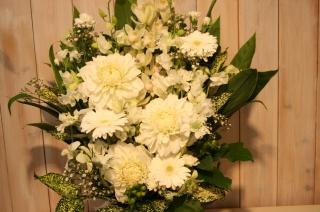 花いっぱいでホワイトの濃淡、上品でゴージャスなお供
