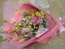 ピンクユリの華やかな花束
