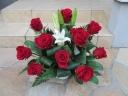 赤バラとユリのゴージャスなアレンジメント