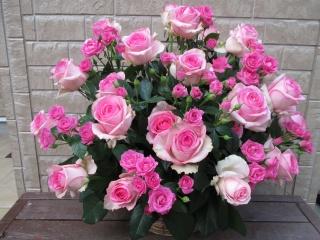 ピンクバラがいっぱい豪華なアレンジメント