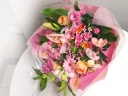 《ユリ&シーズンフラワーの花束》華やかピンク
