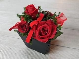 """""""あえて""""の赤バラ!深紅の薔薇とさりげなくゴールド"""