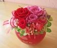 コロンとした赤いハート花器に華やかレッド系プリザ♪