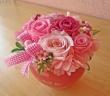 コロンとしたピンクのハート花器に可愛らしく♪