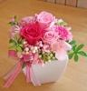 ピンクのお花で可愛く贈りたいプリザアレンジ♪