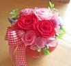 コロンとした赤いハート花器に鮮やかピンクのバラ♪