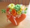 オレンジ色のハート型花器にオレンジ・イエロープリザ