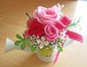 ブルキジョーロにピンク・レッドのバラで可愛く♪