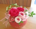 コロンとしたピンクのハート花器に可愛くバラのプリザ