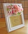 フォトスタンドに優しいピンクのお花を添えて・・・