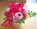 鮮やかピンクのお花をブリキカップに♪