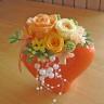 オレンジ色のハート型花器にオレンジ系のバラ♪