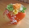 オレンジ色のハート型花器にイエローオレンジのお花