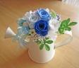 ジョーロ型ブリキポットに爽やかブルーホワイトのお花