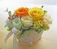 ゴシック調シルバー花器にイエローオレンジ系のバラ