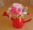 ジョーロ型ブリキポットにピンク系のお花で可愛らしく