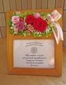 フォトスタンドにお花を添えて・・・ピンク・レッド系