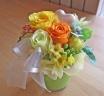 明るくイエローオレンジ系のお花をガラス花器に♪