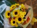 ひまわりをつかったビタミンカラーの花束