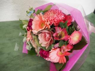 ピンク系の丸いブーケタイプ花束
