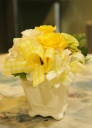 黄色いミニアレンジメント(陶器コンポート)