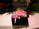 箱に入った花達  大人な きゅ-とでほんのりピンク
