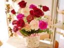 ★赤バラ ピンク花★花柄カバーの器 アレンジ花