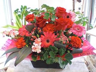 ★赤バラ 入り★赤系でおまかせ器付き盛花
