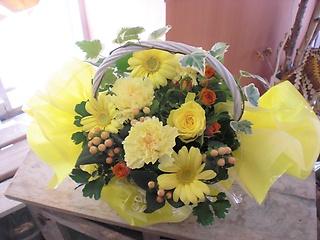 ★持ち手にアイビー★花黄色多めのアレンジ花