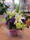 ユリとパープルのお花のアレンジメント