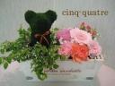 クマのトピアリーとミニアレンジのセット【木箱】