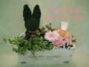 ウサギのトピアリーと母の日アレンジのセット【木箱】
