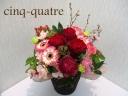 深紅のバラと桜のアレンジメント